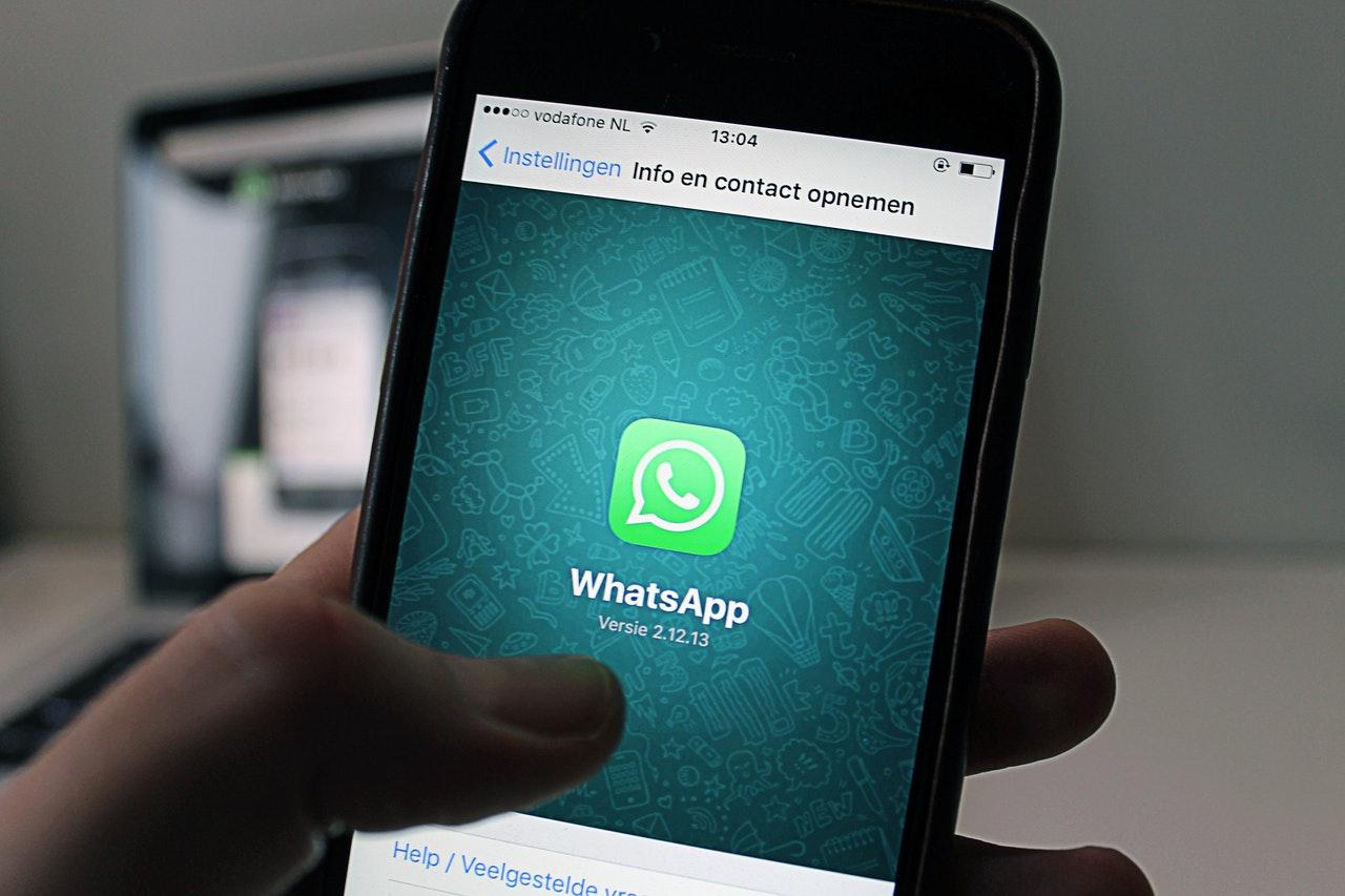 Celular com o aplicativo WhatsApp aberto