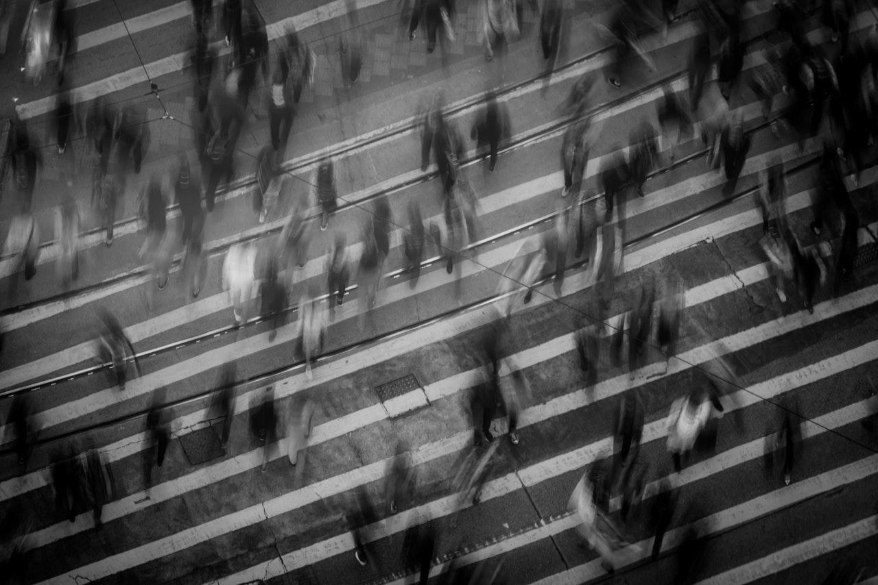 time lapse pessoas caminhando sob faixa de pedestre