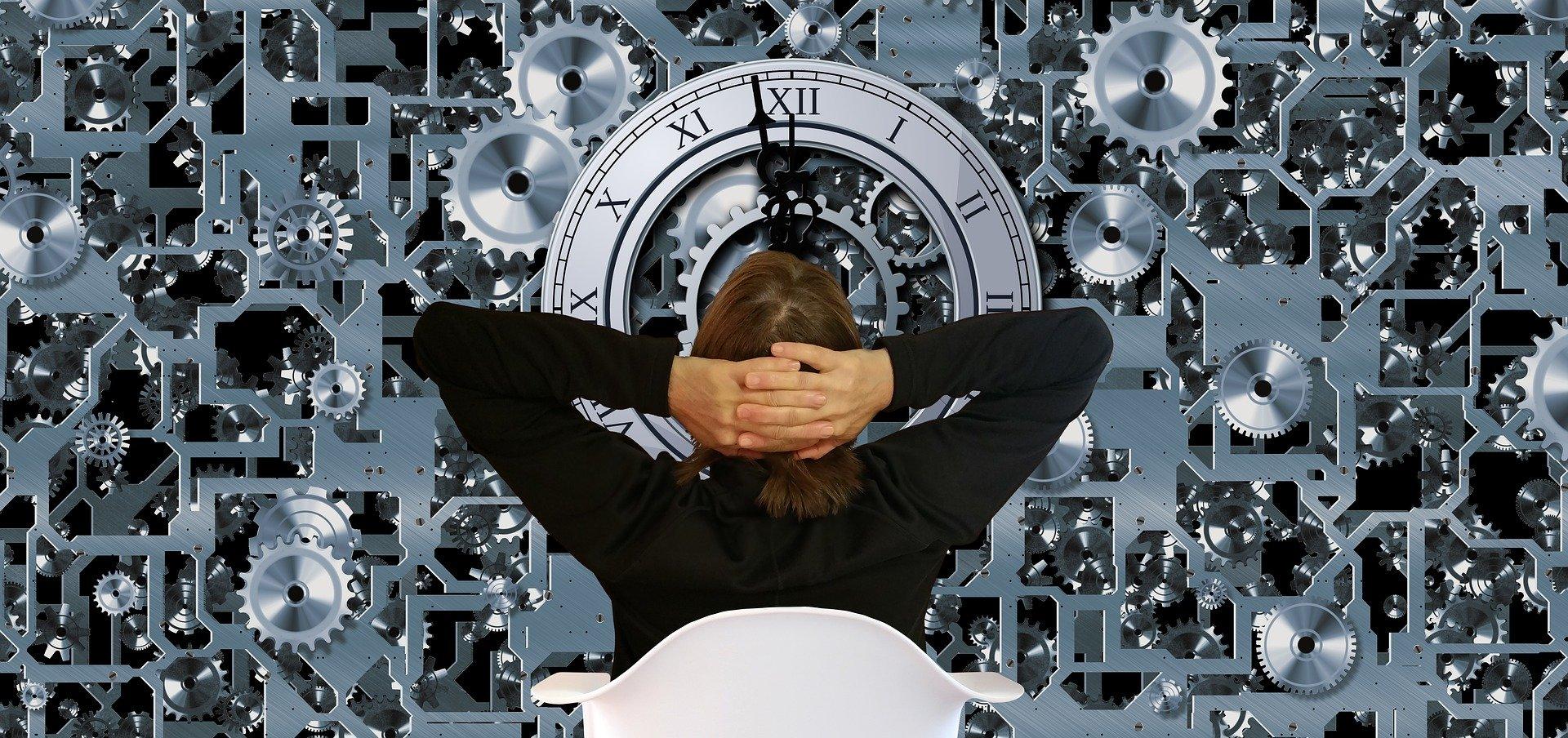 Mulher de frente a um relógio