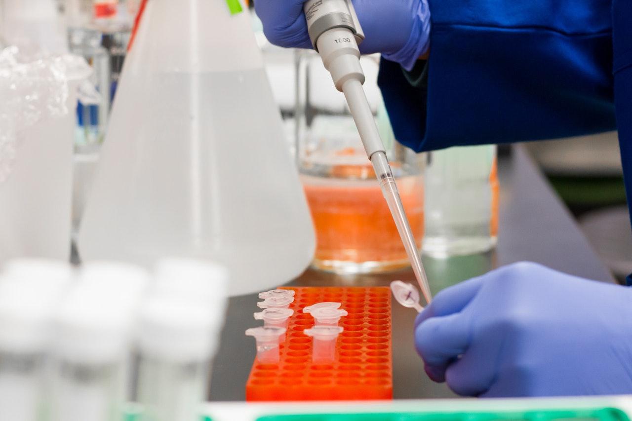 Pessoa fazendo um teste em um laboratório