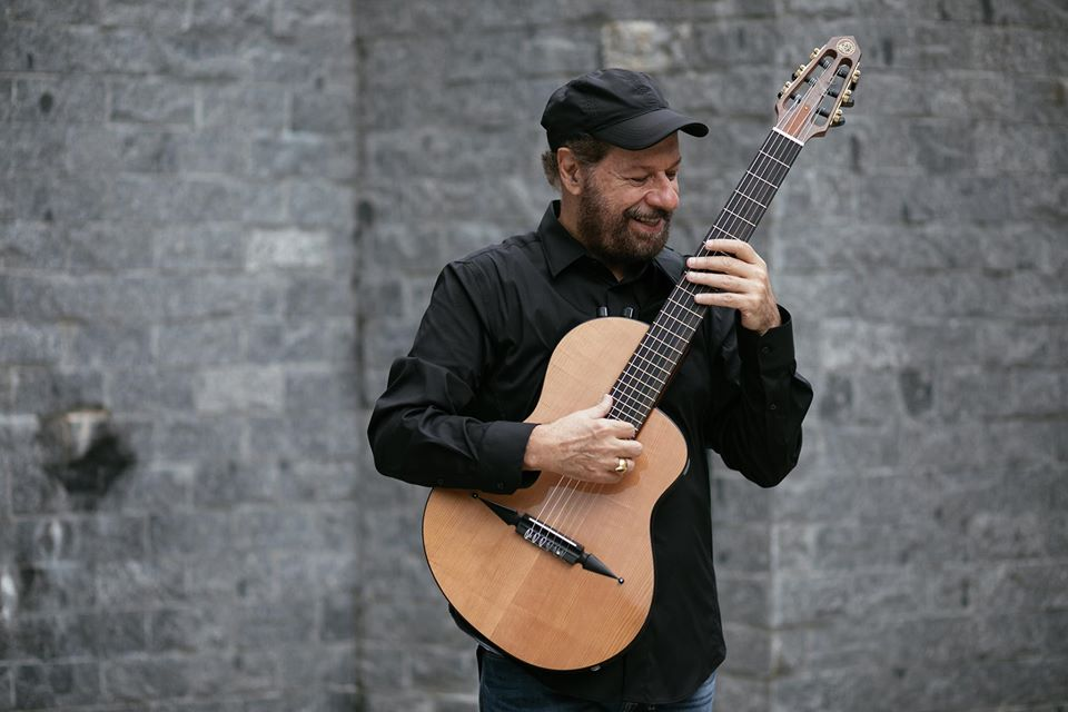 Cantor João Bosco com um violão na mão