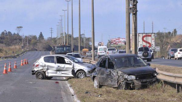 acidente entre carros em rodovia