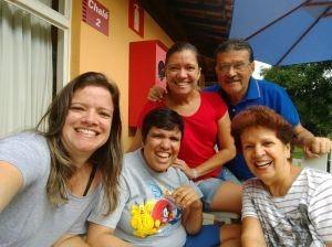 Aline Martins (ao centro) rodeada pela sua família: Lívia, Daniela, e seus pais, Ronaldo e Stela (Imagem: arquivo pessoal)