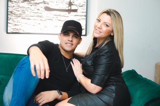 Bernardo Baroni e Lili Ribeiro empresaria e tia do cantor (Imagem Francisco Dumont/Divulgação)