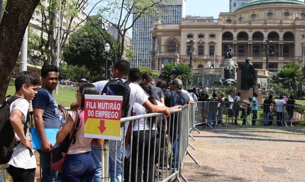 Fila de mutirão de emprego (Imagem Rovena Rosa Agência Brasil)