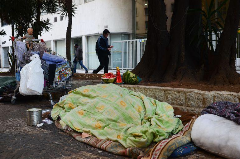 São Paulo - Pessoa em situação de rua dorme na rua São Luís, região central