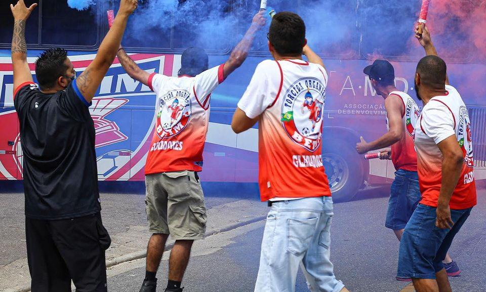 Torcedores recebem ônibus do Betim Futebol em jogo pelo Módulo II 2020