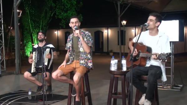 Pedro Leal (à esquerda), Norton e Dinno (centro e direita), em apresentação pela internet (Imagem Reprodução/YouTube)