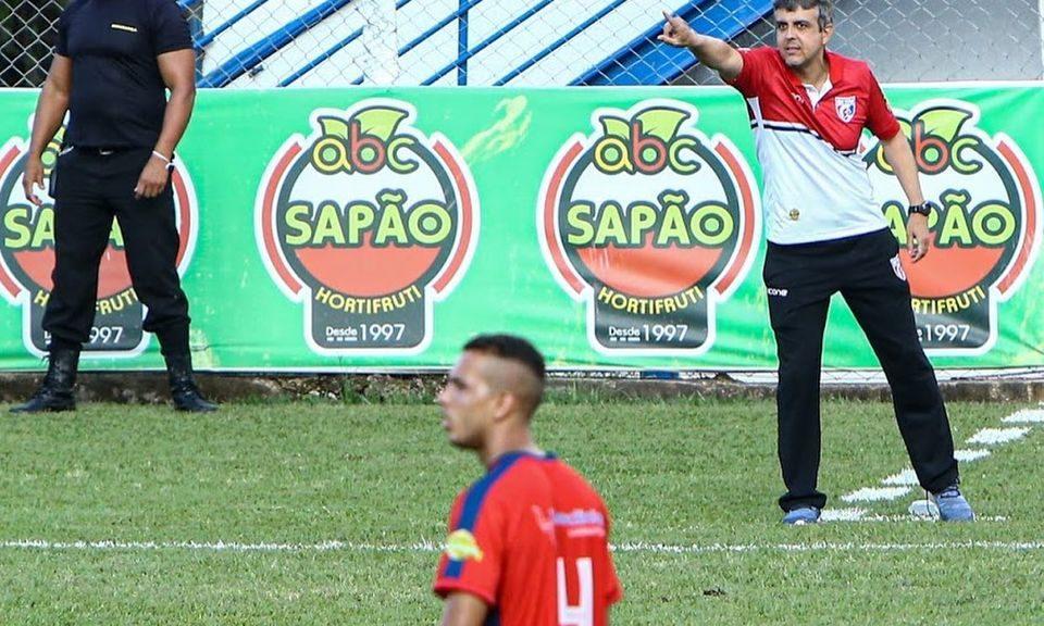 Técnico do Betim Futebol, Emerson Ávila, na beira do gramado em partida contra o Tupi (Imagem Betim Futebol/Divulgação)