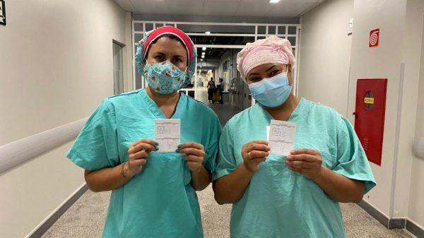 20.jan.2021 - Profissionais de saúde recebem primeira dose da vacina contra a covid-19 em Betim (Imagem PMB/Divulgação)