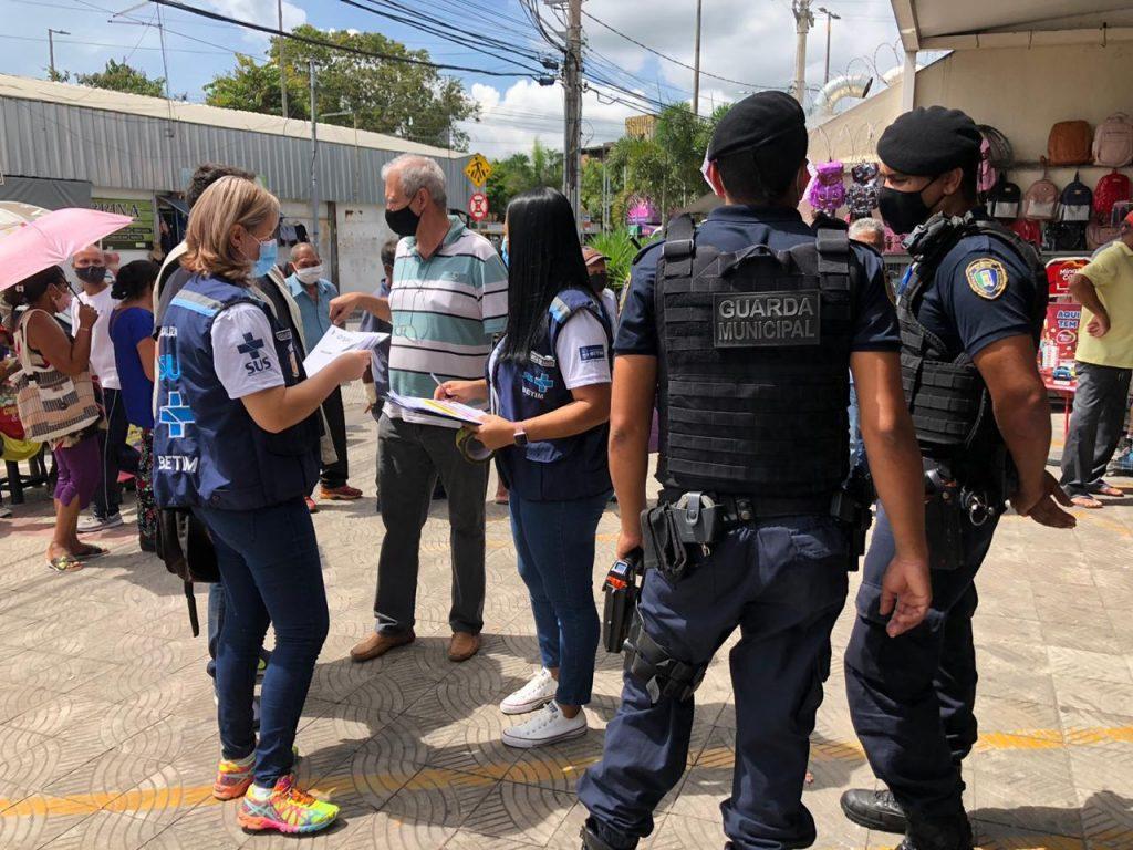 9.jan.2021 - Agentes da Prefeitura de Betim fiscalizam comércio na cidade (Imagem PMB/Divulgação)