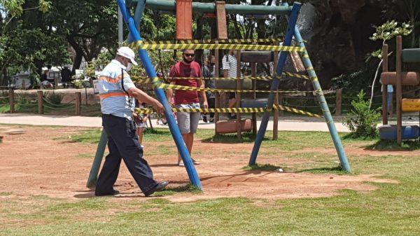 9.JAN.2021 - Brinquedos da Praça do Encontro em Betim são lacrados pela Guarda Municipal (Imagem PMB/Divulgação)