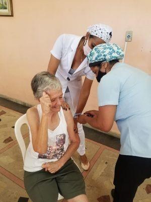 A primeira pessoa com deficiência intelectual a ser imunizada com a foi a Lynne Wilson, que tem 70 anos de idade e é cuidada pelo CENSA desde a sua fundação, há 56 anos (Imagem CENSA/Divulgação)