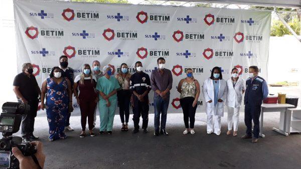 19.jan.2021 - Cerimônia no estacionamento do Cecovid-4, em Betim, marca o início da vacinação contra a Covid-19 (Imagem Rafael Moreira/Agenda Betim)