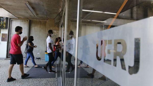 Entrada dos candidatos para o primeiro dia de provas do Exame Nacional do Ensino Médio (Enem) 2020, na Universidade Estadual do Rio de Janeiro(UERJ), na zona norte do Rio (Tânia Rêgo/Agência Brasil)