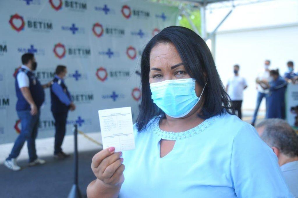19.jan.2021 - Enfermeira Eliete Pereira dos Santos, 57 anos, é a primeira a receber a vacina contra a Covid-19 em Betim (Imagem PMB/Divulgação)