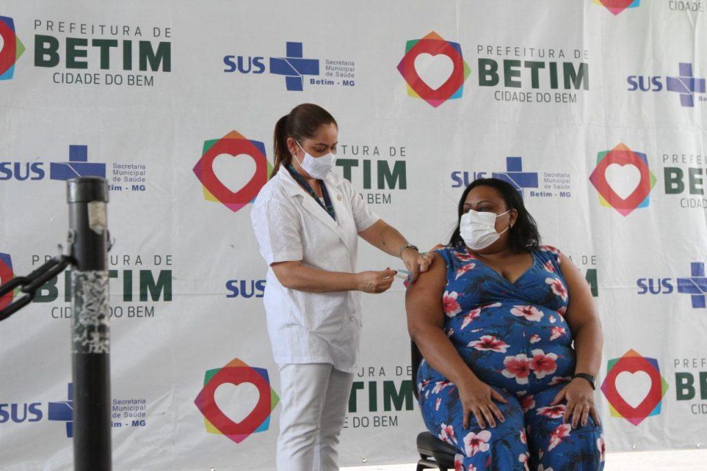 19.jan.2021 - Cerimônia no estacionamento do Cecovid-4, em Betim, marca o início da vacinação contra a Covid-19 (Imagem PMB/Divulgação)