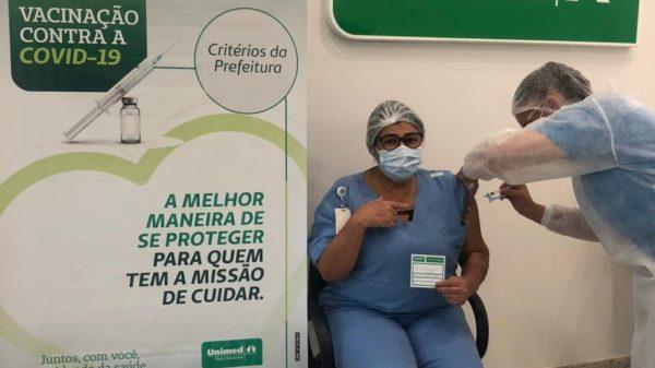 Técnica de enfermagem do Hospital Unimed Betim recebendo a vacina (Imagem Unimed-BH/Divulgação)