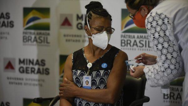 18.jan.2021 - A técnica em enfermagem Maria do Bonsucesso Pereira, de 57 anos, foi a primeira pessoa a ser vacinada contra a Covid-19 em Minas Gerais (Imagem Alexandre Rezende/Nitro/Governo de Minas)