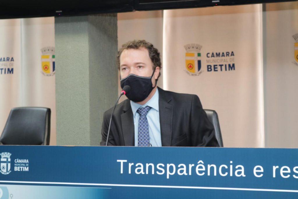 16.fev.2021 - Em reunião ordinária na Câmara Municipal, o vereador Dudu Braga repudia furtos ao Salão do Encontro (Imagem Jonathan Pires/Câmara Municipal de Betim)