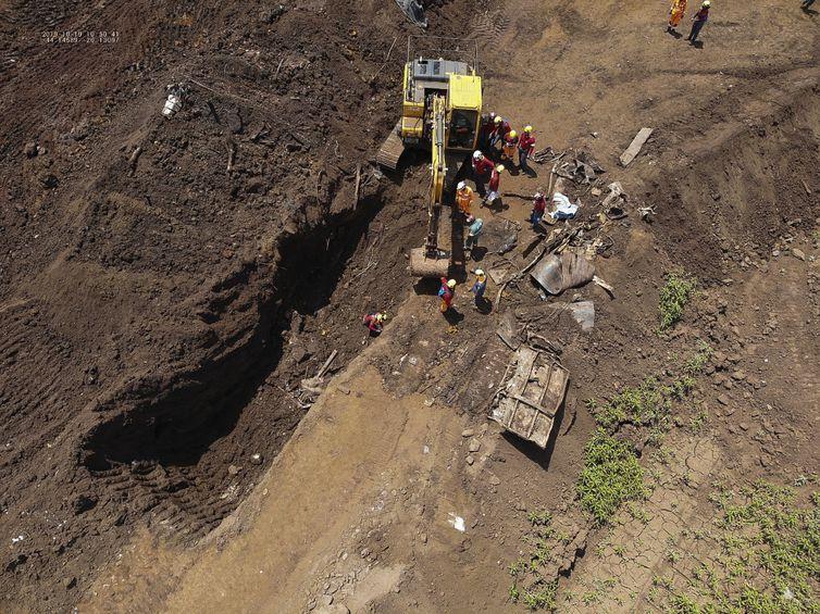 Bombeiros de Minas Gerais em busca de vítimas do rompimento da barragem da Vale em Brumadinho