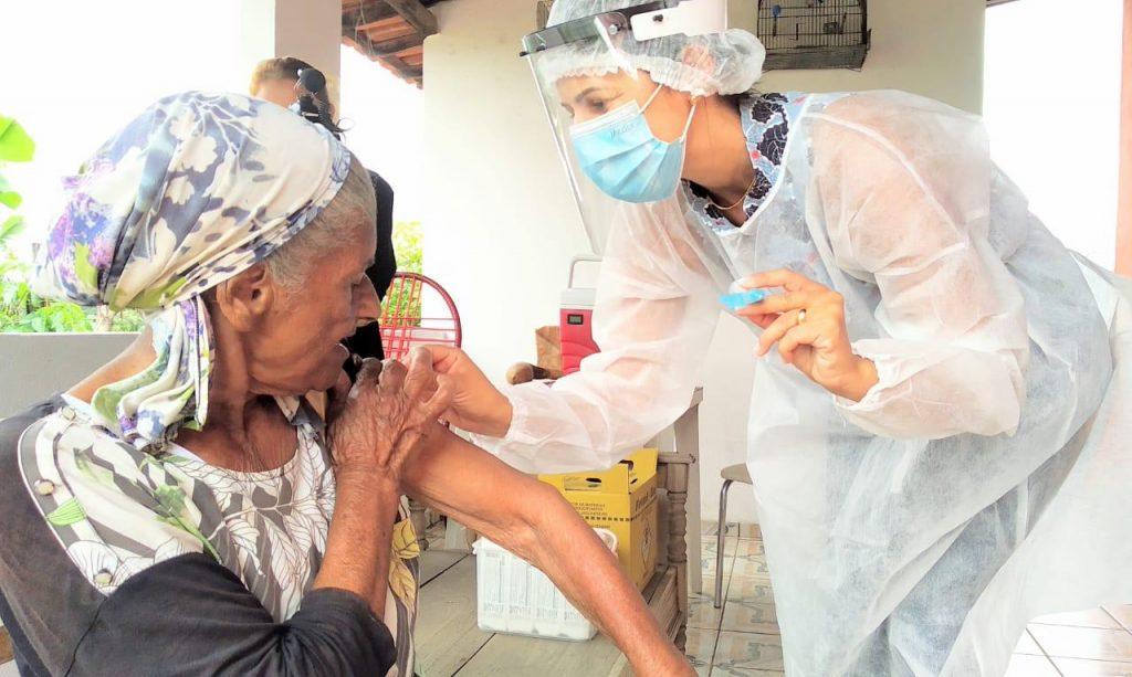 15.fev.2021 - Betim inicia vacinação em idosos com mais de 90 anos de idade (Imagem Adeildo Silva/PMB/Divulgação)