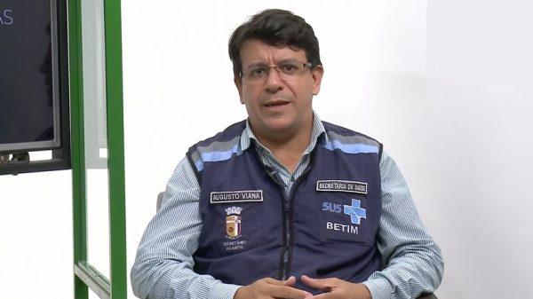 23.mar.2021 - Secretário adjunto da Saúde de Betim, Augusto Viana, em entrevista (Imagem Reprodução YouTube/Gira Betim)