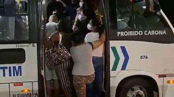 Passageiros tentam entrar em van do transporte público de Betim (Imagem Reprodução Internet)