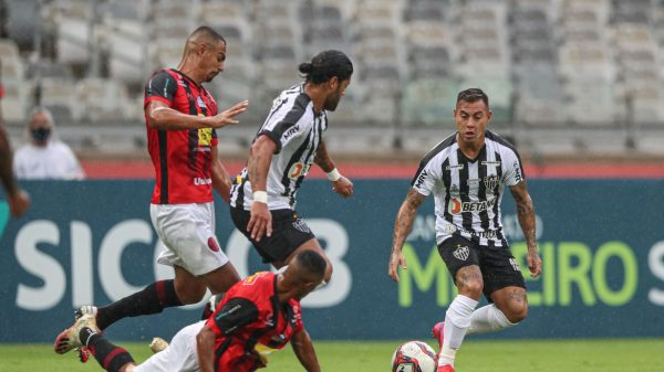 Jogadores de Atlético e Pouso Alegre em partida válida pelo Campeonato Mineiro