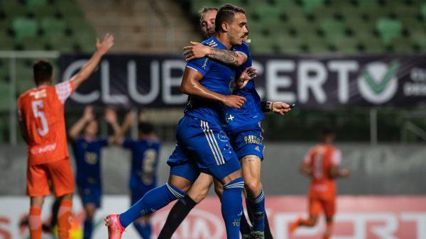 Jogadores do Cruzeiro comemoram gol sobre o Coimbra
