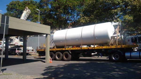 Caminhã transporta tanque de armazenamento de oxigênio para Cecovid 4 em Betim (MG)