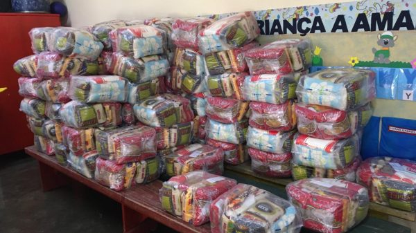 Cestas básicas em sala para distribuição aos alunos da rede municipal de ensino em Betim