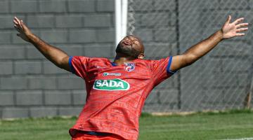 Paulo Henrique comemora gol em amistoso do Betim Futebol