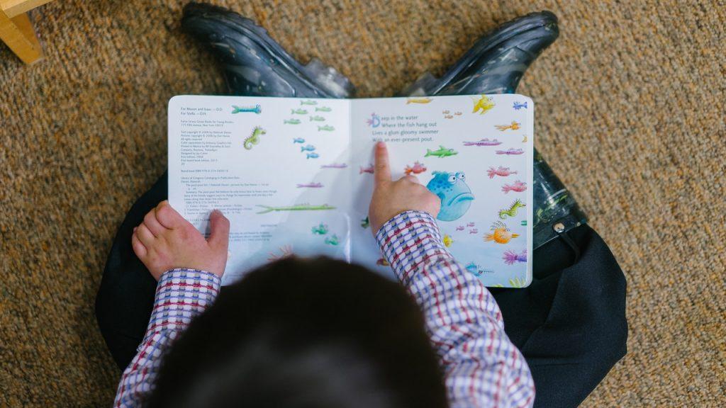 Criança com livro na mão