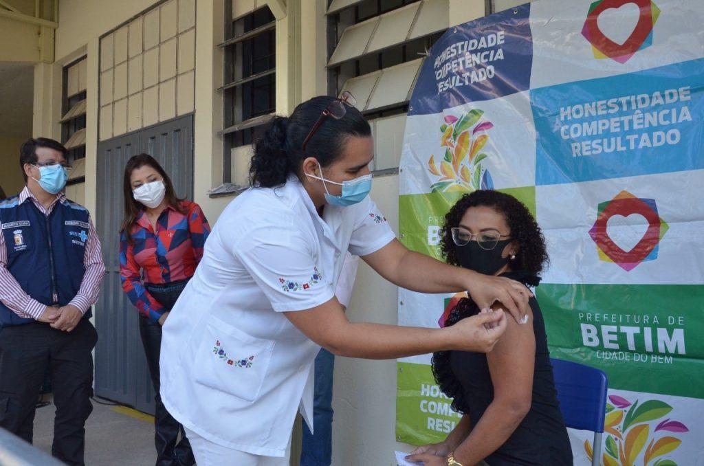 10.jun.2021 - Profissionais da educação são vacinados em Betim (Imagem PMB)