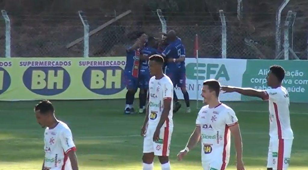 3.jul.2021 - Jogadores do Betim comemoram gol em partida contra o Democrata-SL, neste sábado (3), na Arena Vera Cruz - Imagem: Reprodução TV NSports