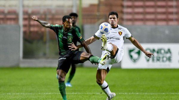 Jogadores e América e Sport disputam bola em partida do Campeonato Brasileiro