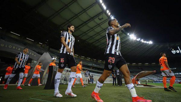 jogadores do Atlético entram em campo no Mineirão