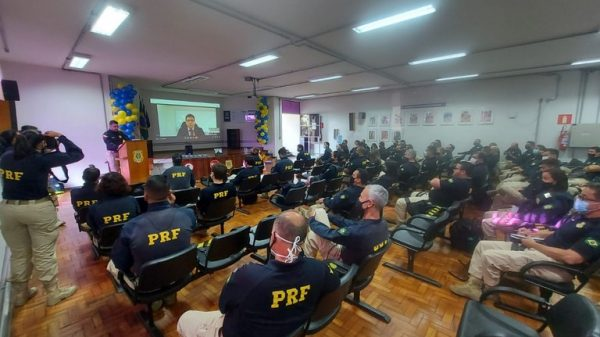 PRF realiza primeiro Cine Drive-in educativo na BR 381, em Betim
