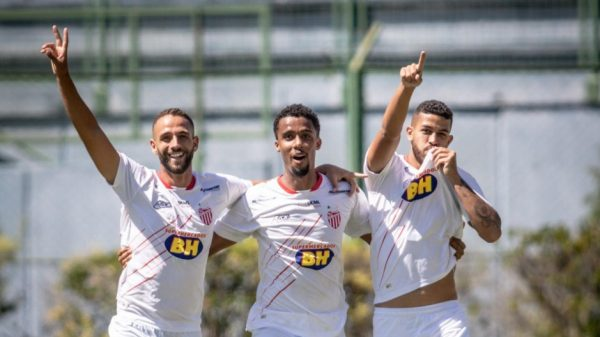 Jogadores do Villa Nova comemoram vitória sobre o Tupi pelo Módulo II do Campeonato Mineiro