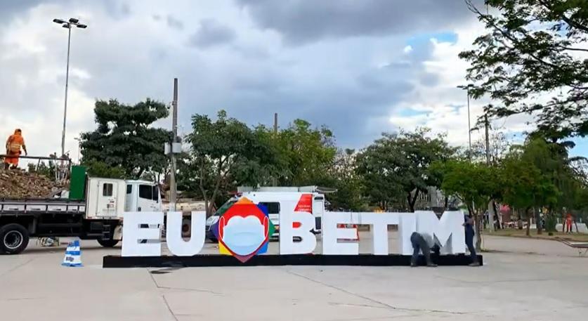 Praça do Encontro recebe letreiro - Imagem Reprodução Facebook