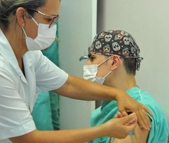 Trabalhadores da Saúde em Betim começam a receber a dose de reforço contra a Covid - Foto PMB Divulgação