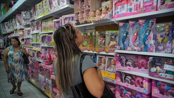 prateleira de brinquedos em loja