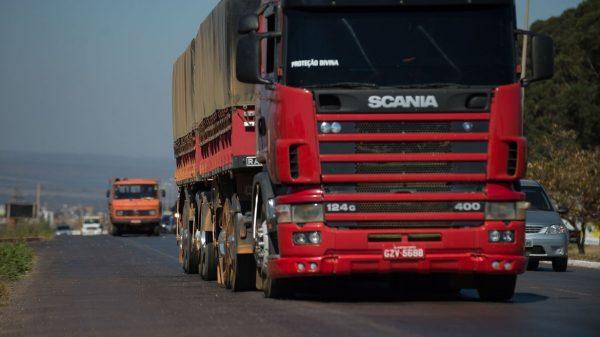 caminhões em rodovia